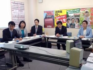 日本共産党福島県委員会でレクチャーを受ける。左から、椎葉、いわぶち、私の各比例予定候補、くまがい福島選挙区予定候補、浅野千葉選挙区予定候補