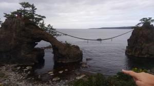 アーチ状の岩の中にある平らな部分は、かつての浜辺だったのではないか。