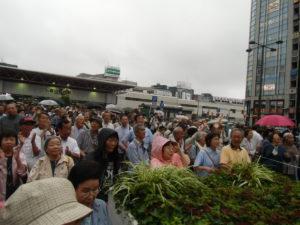 金山総合駅南口には、雨にも関わらず、たくさん集まっていただきました。