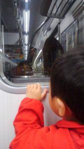 電車の外を見る次男。大阪だったかな。