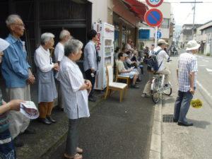 鈴木良治元県議宅前の街頭演説にも、約80人の方が、暑い中お集まりいただきました。感謝しっぱなし!