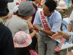 演説を聞きに来てくださったお母さん。抱っこしていたお子さんも握手してくれました。