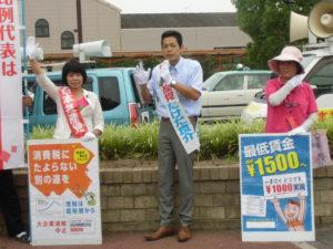 小幡駅での宣伝では、高校生もチラシを読んでくれました