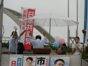 後ろにもたくさん人がいらしたので、市田さんと声援にこたえるところ